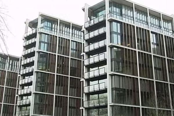 Украинский магнат Ринат Ахметов владеет самой дорогой квартирой в мире. Расположен этот объект недвижимости в лондонском элитном комплексе апартаментов, построенном в престижном районе Найтсбридж. Жилье площадью более 2300 квадратных метров оборудовано пуленепробиваемыми стеклами и круглосуточным консьерж-сервисом уровня пятизвездочных отелей. Цена – $221 млн.