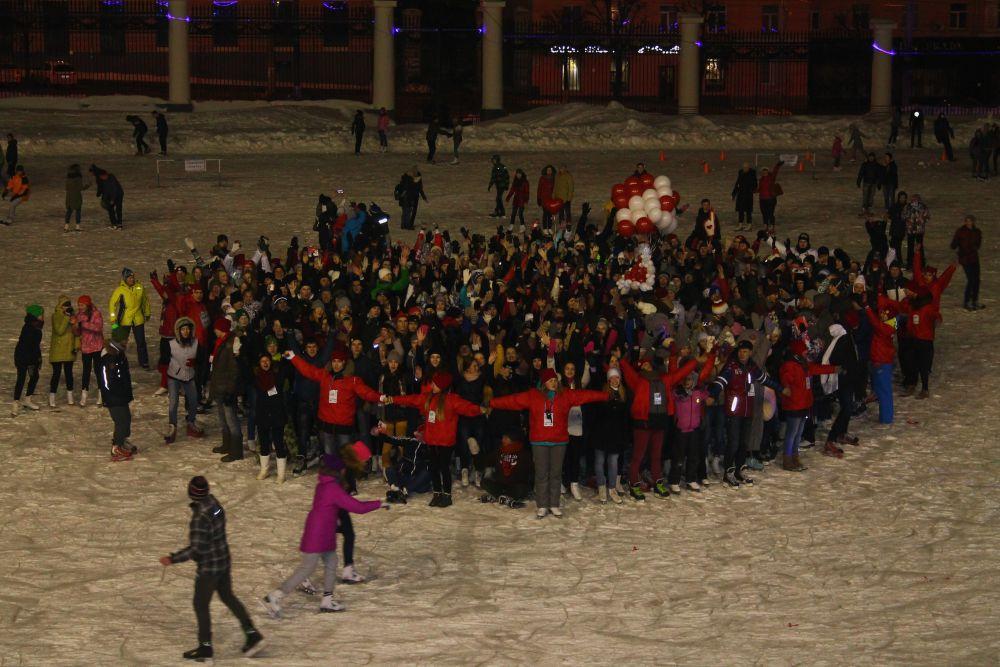 Ближе к концу праздника прошёл массовый флеш-моб: все выстроились в форме огромного сердца.