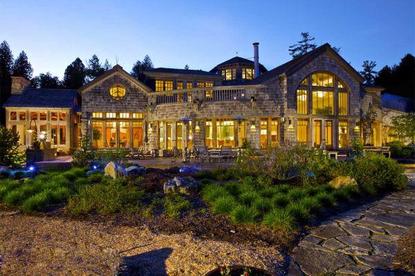 Дом Джоула Хоровица «Спокойствие» на Озере Tahoe имеет площадь 20 000 квадратных футов. В нем есть винный подвал с 3,500 бутылками, внутренний плавательный бассейн и 19-местный кинотеатр. Он имеет девять спален, четырнадцать полных и пять полуванн, частное озеро с доками и два поля для гольфа. Цена дома – 100 миллионов $.