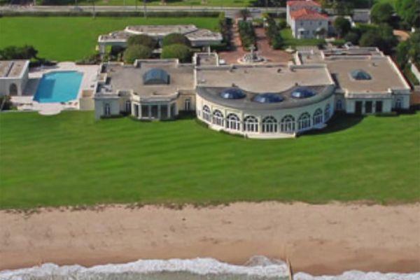 Особняк Дмитрия Рыболовлева стоит 100 млн долларов. Миллиардер приобрел его в 2008 году у магната Дональда Трампа. В поместье есть 15 спален, 15 ванн, крытый теннисный корт, танцзал, театр, бассейн, фонтан и 140 метров океанского побережья, гостевой коттедж. Кроме того, в доме установлена совершенная охранная система.