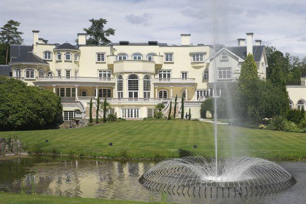 Особняк Uptown Court – больше, чем Букингемский дворец. Особняк имеет 103 комнаты, кегельбан, 50-местный кинотеатр, теннисный корт, конюшни, гараж с подъемником для 8 лимузинов, 30 спален и 5 бассейнов. Цена особняка – 140 млн долларов.