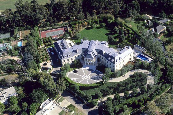 Дом Арона Спеллинга – это особняк в стиле французских замков. Вдова покойного продюсера выставила его на продажу за 150 млн долларов. Этот доми имеет 5248 квадратных метров площади, 2,4 гектара прилегающей территории.