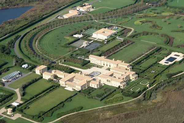 Вилла Айра Рене оценивается в $248 млн. Особняк включает три гостиные, три бассейна, 29 спален, 39 ванных комнат, тренажерный зал, оранжерею и музей, в котором экспонируются арт-коллекции Рене. Рядом с домом — пять теннисных кортов и вертолетная площадка, на шум которой часто жалуются соседи.