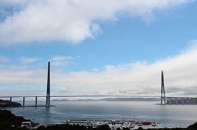 Водовод проложен по дну залива рядом с мостом на остров Русский.