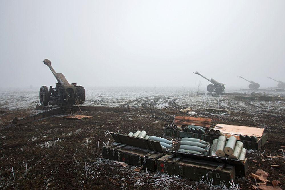 Артиллерийские орудия войск Донецкой народной республики в окрестностях Дебальцево Донецкой области.