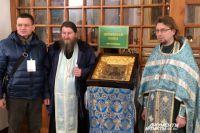 Рядом с батюшками хранитель иконы Сергей Фомин. Уже завтра вместе со святыней он отправится в Мурманск.