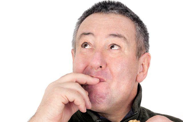 Сладкий привкус во рту у мужчин и женщин: причины и лечение