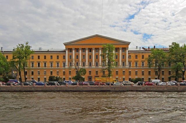 Здание клиник военно-медицинской академии на Пироговской набережной.