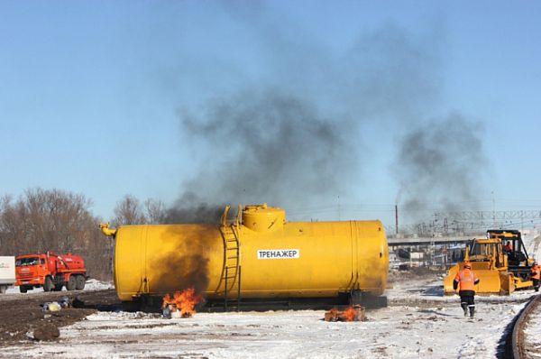 По замыслу столкнулись и загорелись грузовой состав, перевозивший хлор, легковой автомобиль и пассажирский поезд.