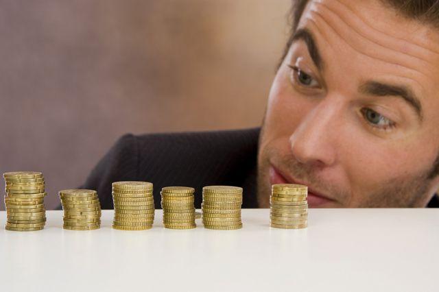 Зарплаты некоторых омичей сократятся в этом году.