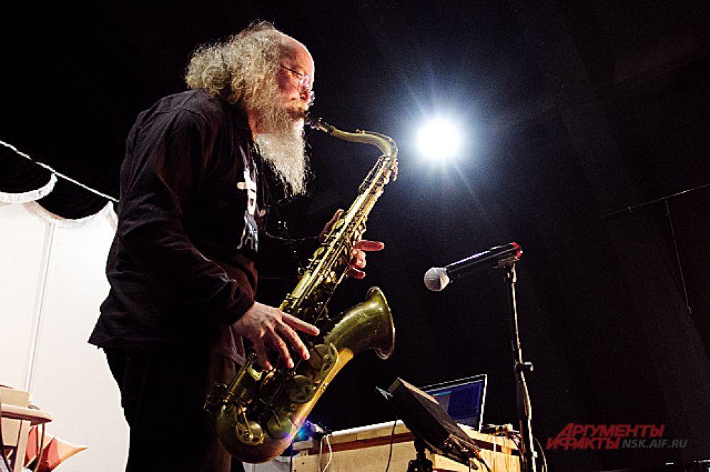 Второй инструмент, которым Летов-старший владеет в соверешенстве, это саксофон.