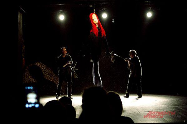В финале действа на сцене появляется шестой персонаж: гигансткая кукла Летова.