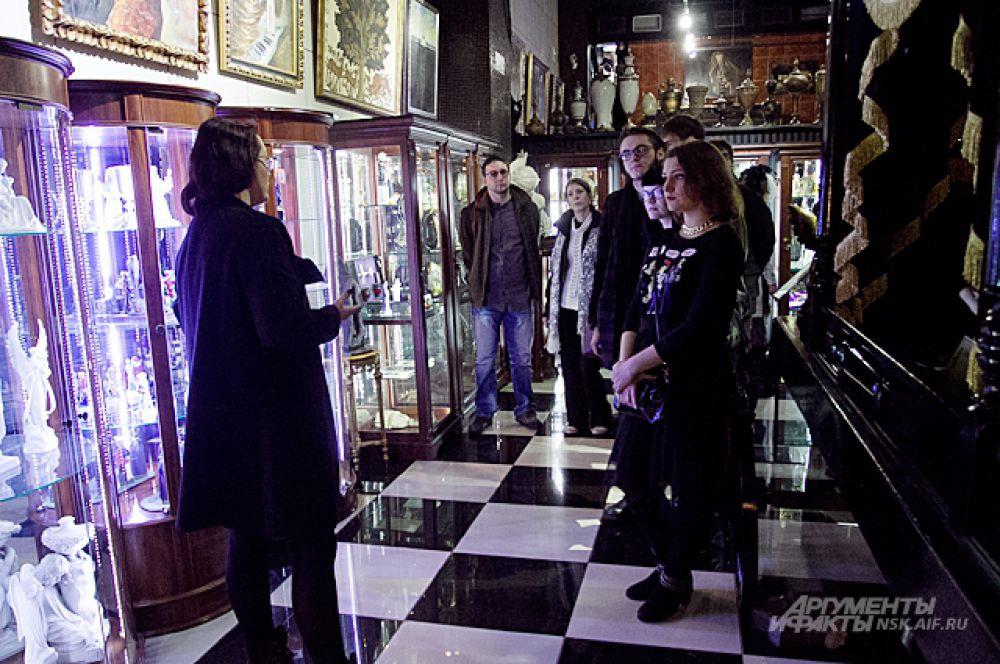 Брат Егора Сергей Летов выбрал местом для своего выступления музей мировой погребальной культуры.