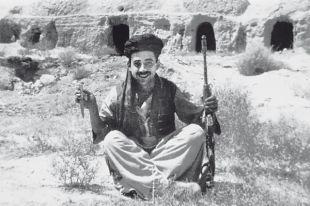 На выполнение боевой задачи спецназовец ГРУ Самир Асанов ходил в националной афганской одежде.