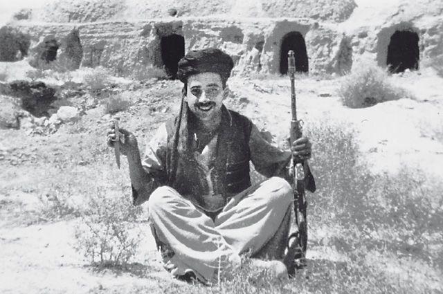 На выполнение боевой задачи спецназовец ГРУ Самир Асанов ходил в национальной афганской одежде.