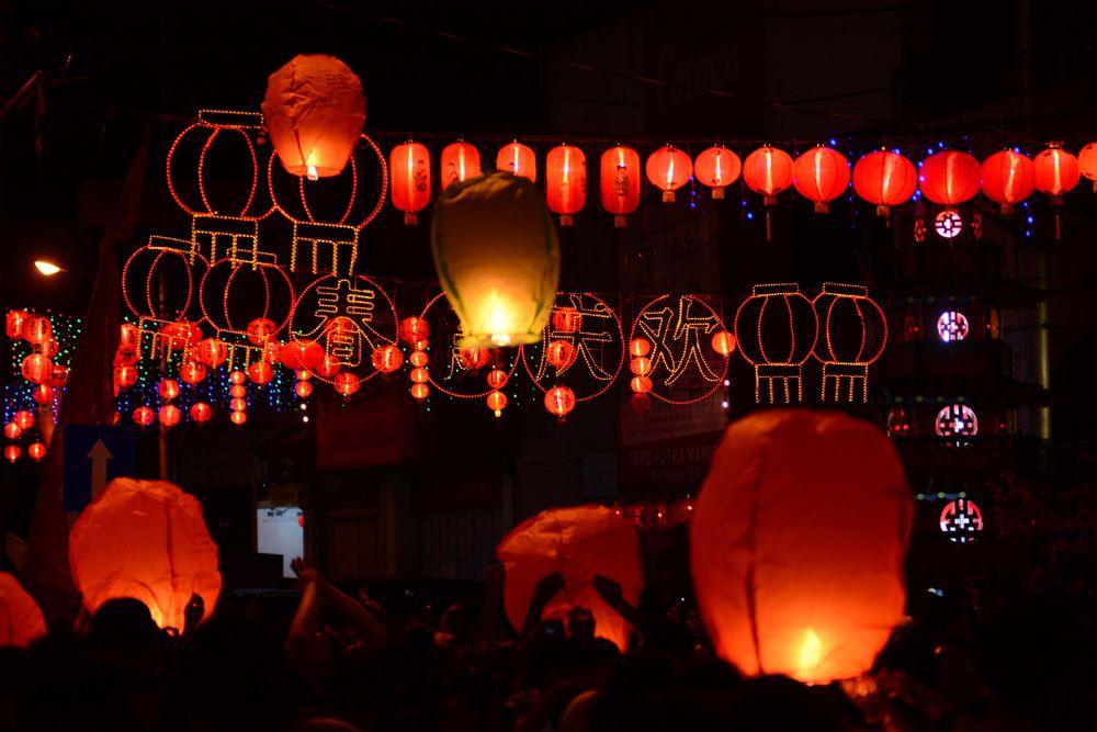 Миллионы китайцев — студентов, рабочих — возвращаются в свои родные города, чтобы встретить новый год в кругу семьи. Сезон новогодних поездок в Китае получил специальное название «чуньюнь» и считается крупнейшим в мире миграционным явлением.