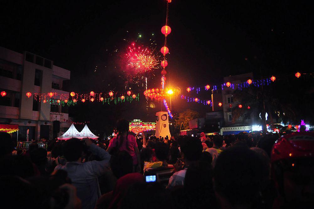 В канун праздника, который называется «чуси», китайская столица опустела и погрузилась в тишину, лишь время от времени нарушаемую взрывами хлопушек. Шум, суета и автомобильные пробки сменились тишиной, пустыми дорогами, безлюдными станциями метро и закрытыми магазинами. Здания, улицы, деревья украшены красными фонарями и другой традиционной атрибутикой. С 18 по 24 февраля в стране объявлены праздничные выходные.