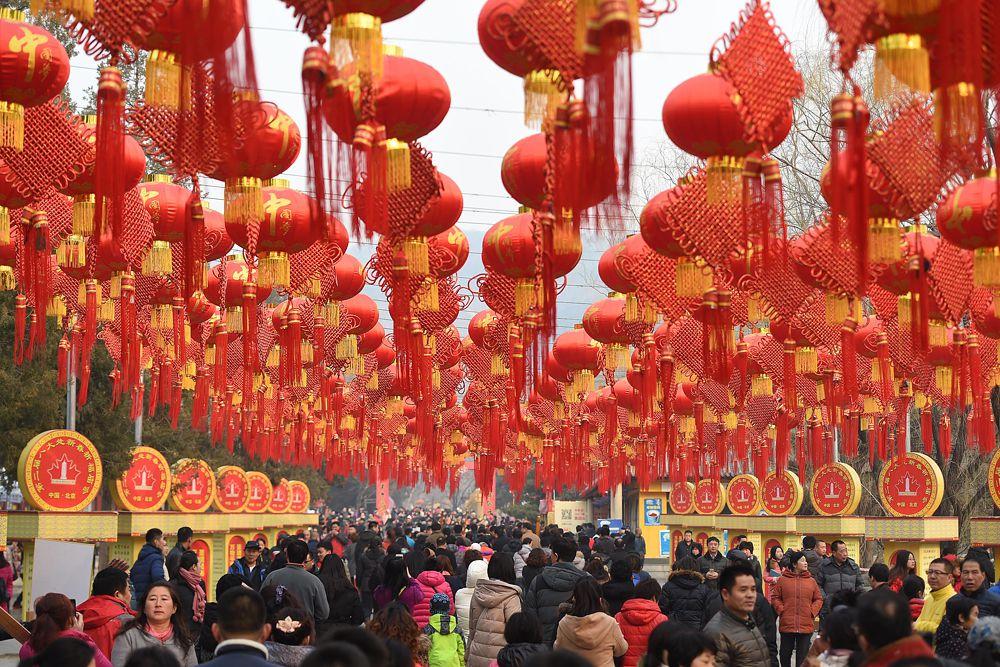 Как правило, накануне праздника китайцы делают тщательную уборку дома, красят двери и окна красной краской, чтобы прогнать злых духов. Готовят праздничные угощения, шьют или покупают новую одежду. На дверях принято развешивать парные надписи с хорошими пожеланиями, на видных местах — клеить бумажные иероглифы «счастье», «богатство», «долголетие». Часто иероглиф «фу» — «счастье» помещают в перевернутом виде, что при произношении на китайском языке созвучно выражению «счастье пришло».