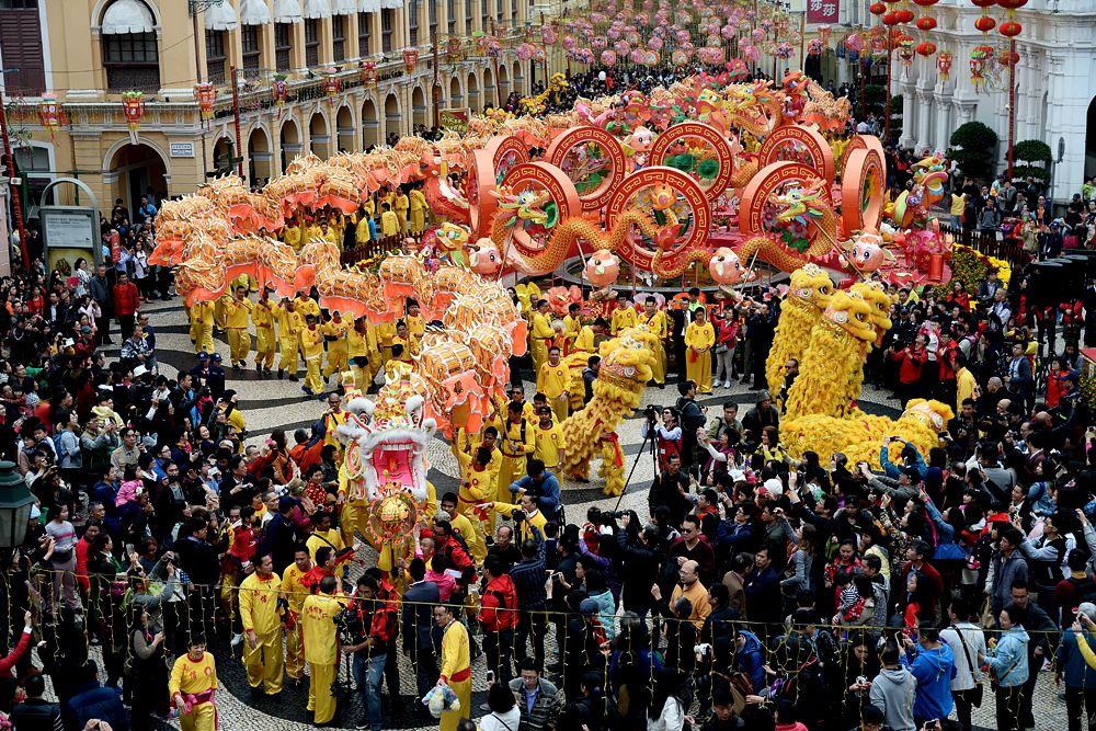 Чуньцзе также называется «Гонянь». Согласно преданию, «Нянь» был страшным зверем, который раз в году опустошал деревни, поедал скот и людей. «Нянь» боялся красного цвета, огня и громкого шума, и чтобы его прогнать, китайцы красили окна и двери в красный цвет, создавали шум бамбуковыми хлопушками. Оттуда и пошла традиция запускать на новый год фейерверки, шум которых должен распугивать злых духов.