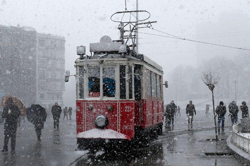 На трассе Анкара-Стамбул в среду выстроилась 15-километровая очередь из грузовиков и легковых машин, которые не могли проехать по занесенной снегом дороге.