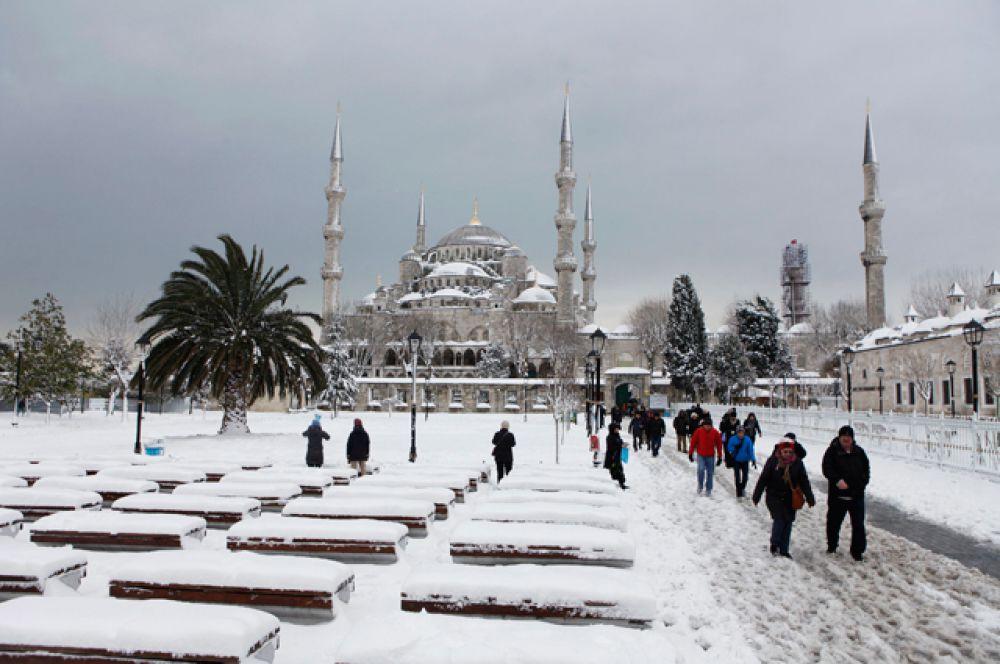 Разгул стихии в Стамбуле нарушил нормальный ритм жизни в городе. В некоторых районах толщина снежного покрова составила 60 см.