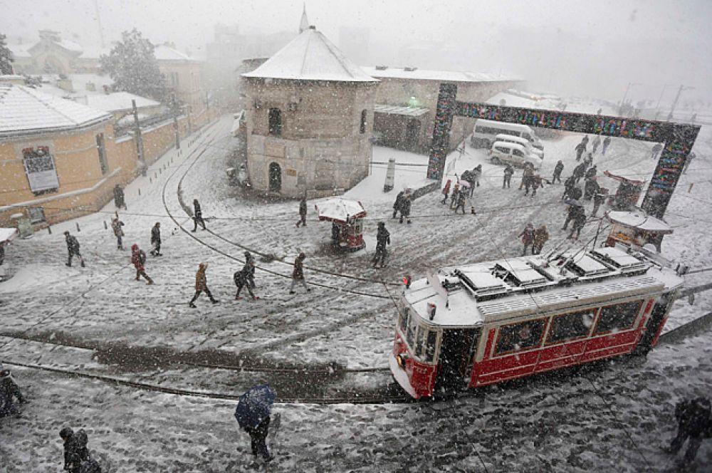 Снег выпал даже в Анталье в прибрежных районах. В некоторых из курортных деревень, расположенных к западу от самого города Анталья, снег не шел уже 20 лет.
