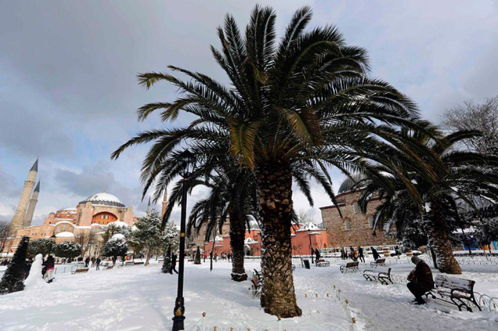 Метеорологи прогнозируют ослабление интенсивности снега только к пятнице.