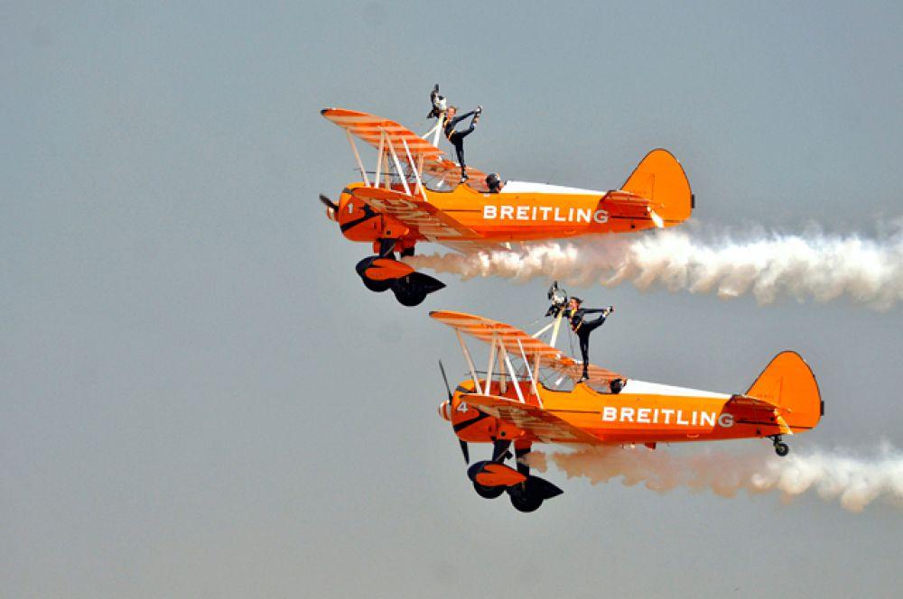 Частная британская аэробатическая пилотажная группа Breitling Wingwalkers.
