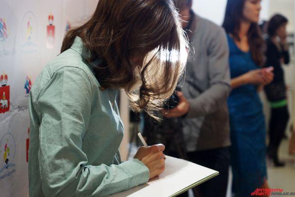 Все желающие получили автографы у восходящей звезды российского кино.