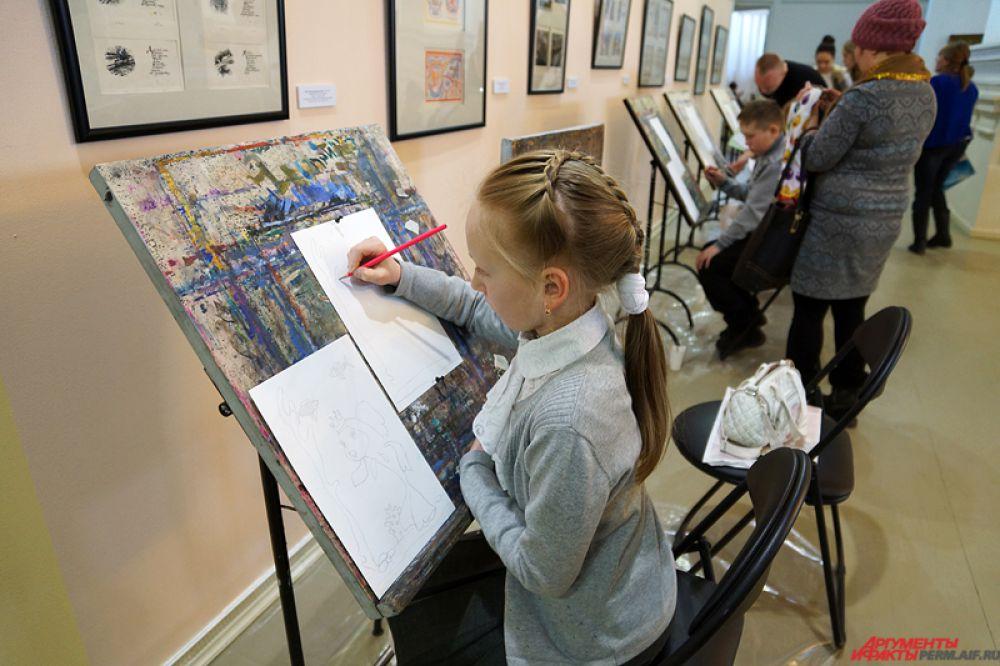 Помогал подросткам члена Союза художников России Константин Николаев. В течение часа пермяк подходил к маленьким творцам, показывал им, как нужно правильно рисовать, а также разъяснял основы композиции.