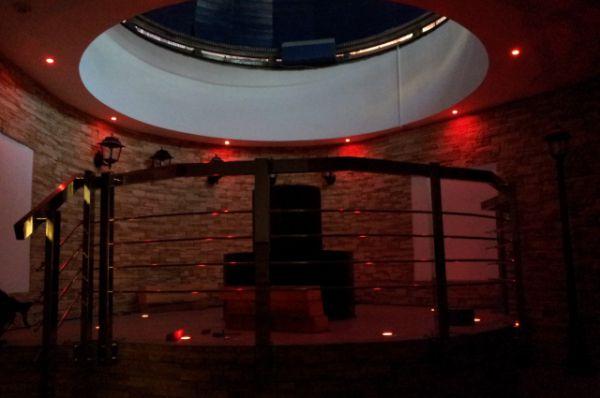 Публичная астрономичесая обсерватория скомбинирована с основными помещениями здания, что позволяет посетителям в холодное время года после наблюдений сразу попадать в теплое помещение.