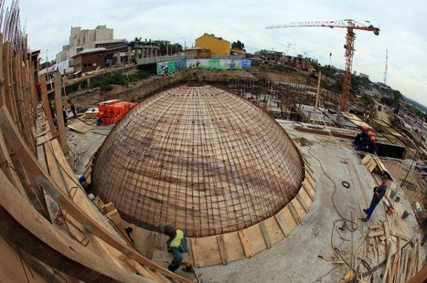 Полусферический экран планетария, имеющий диаметр 9.14 метра, защищен от внешних воздействий одиннадцатиметровым бетонным куполом, являющим собой единое целое с бетонным монолитным зданием.