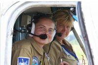 Вертолетчица Людмила Косенкова (на заднем плане) со штурманом Еленой Прокофьевой.