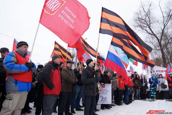 Участники пришли с флагами и георгиевскими лентами.