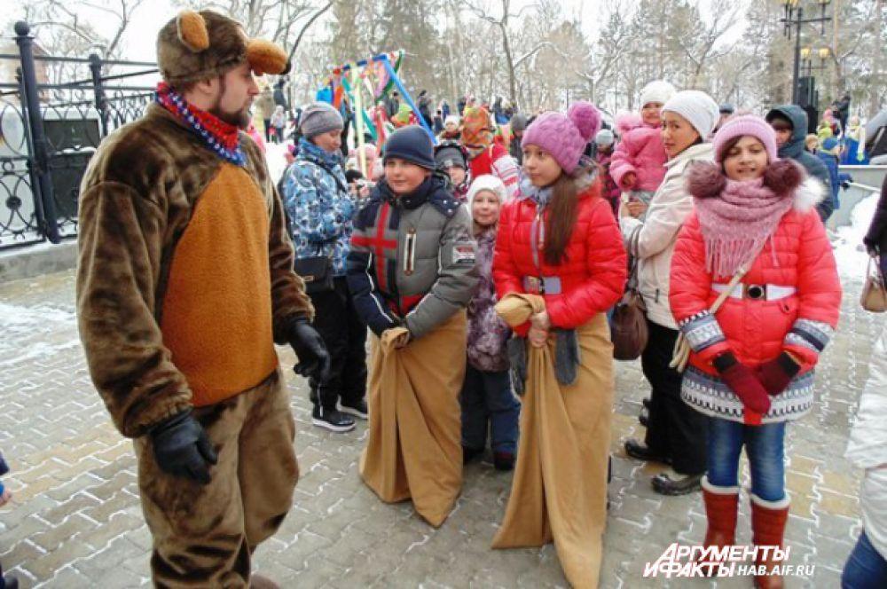 Традиционные русские забавы - бег в мешках