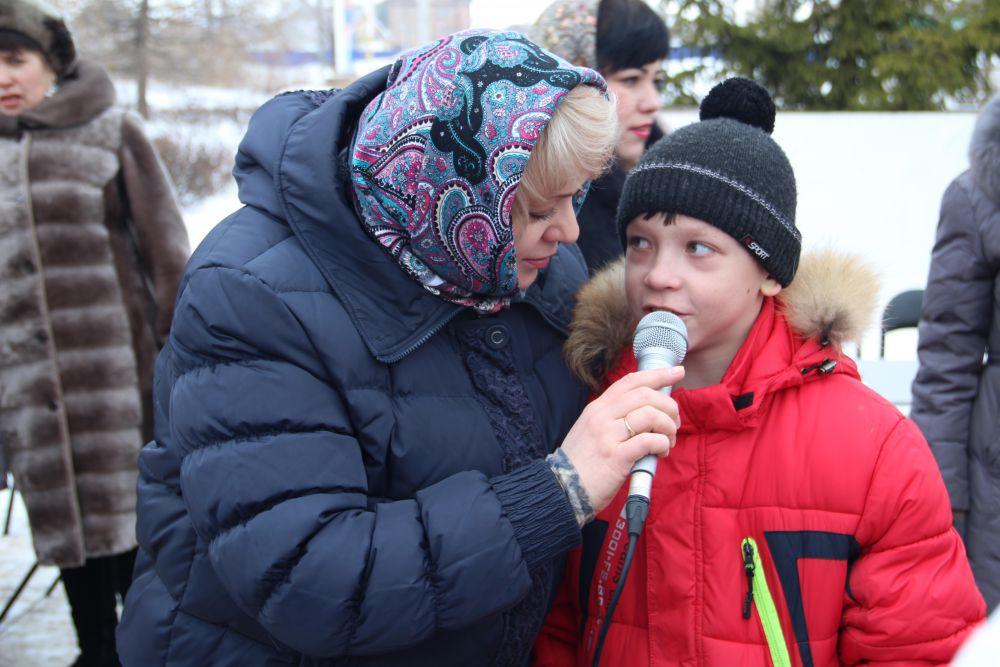 Ведущая праздника Светлана Мельниченко и юный победитель масленичной викторины.