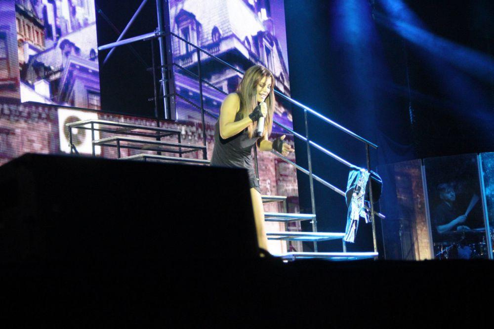 Во время выступления певица несколько раз сменила образ.