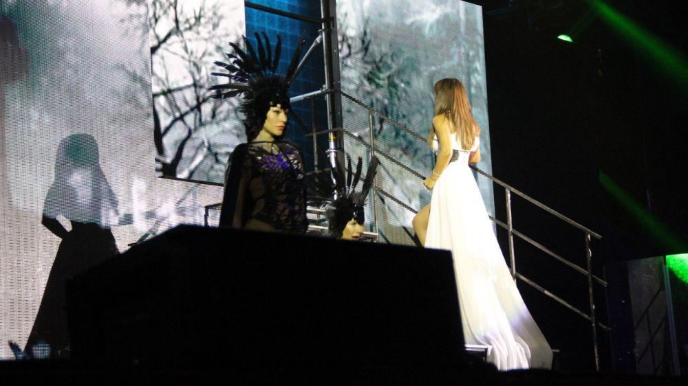 На сцене вместе с певицей выступали танцоры в великолепных косюмах.