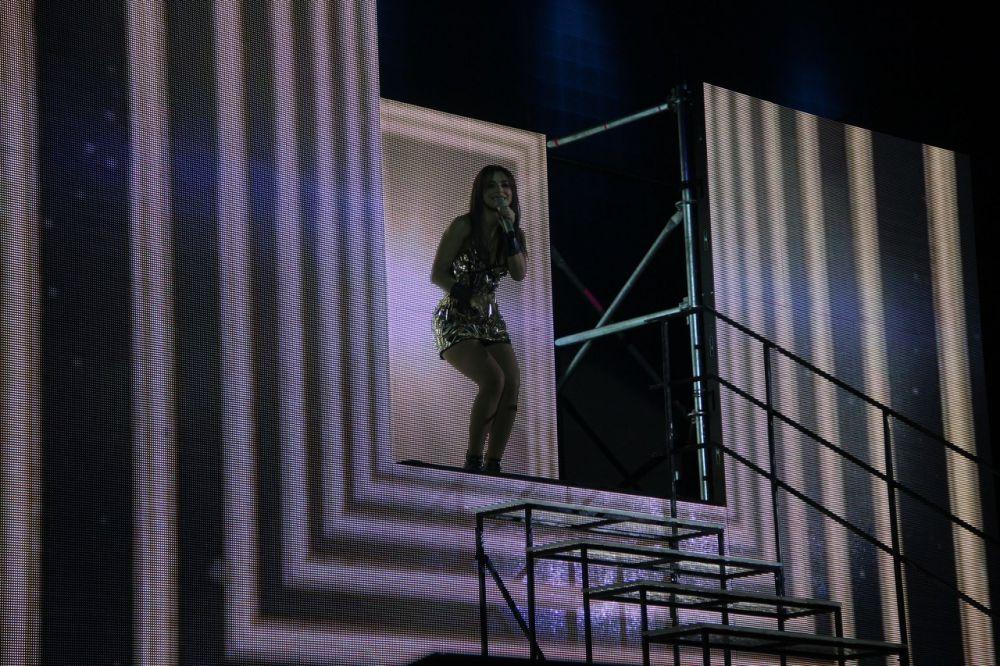Необычные декорации и лифт, на котором Лорак спускалась к зрителям, превратили концерт в настоящее представление.