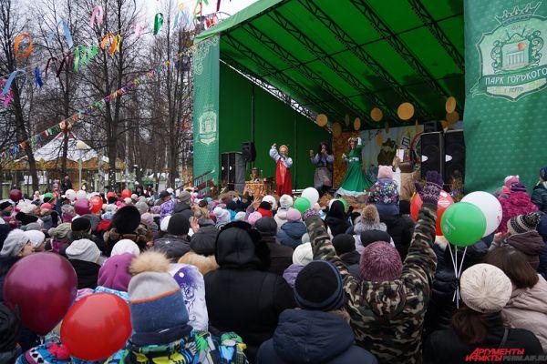 На главной сцене выступали народные коллективы, а также проходили конкурсы с призами.