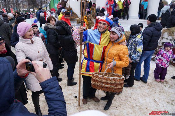С артистами, одетыми в русские народные костюмы, все желающие могли сфотографироваться.