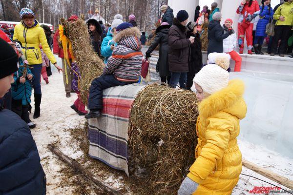 Все праздничные площадки в парке Горького были обставлены поделками из сена.