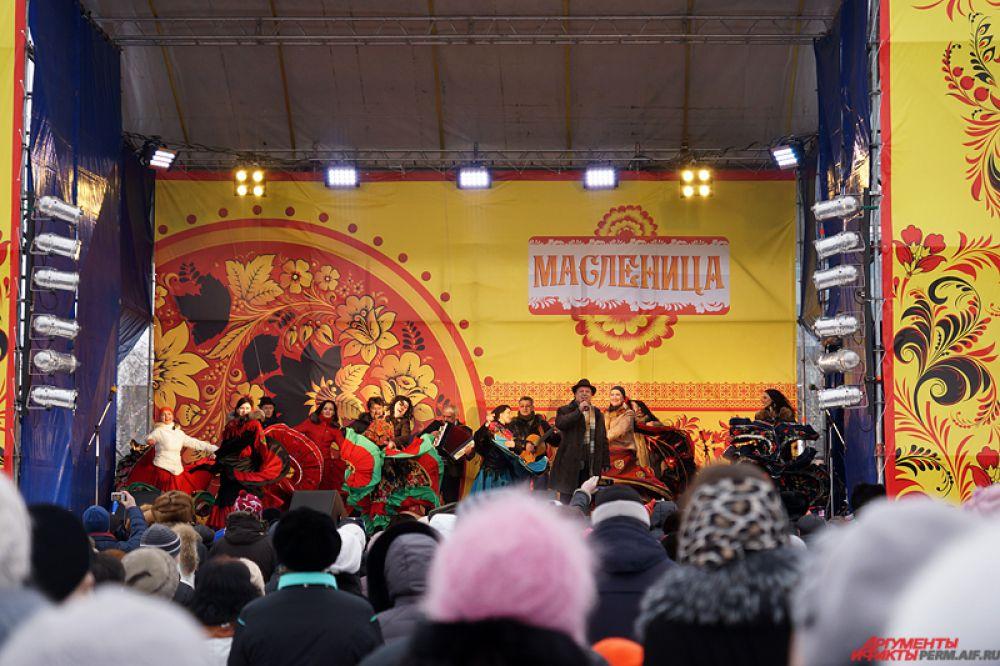 На главной сцены выступали известные пермские коллективы: ансамбль «Воскресение», шоу-группа «Россияне», ансамбль песни и танца «Ярмарка» и ансамбль «Бабату».