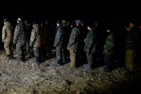 Военнопленные украинские силовики во время процедуры обмена.