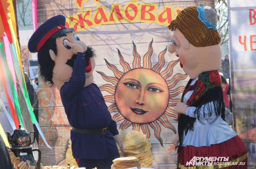 Фольклорные герои поднимали настроение гостям праздника.