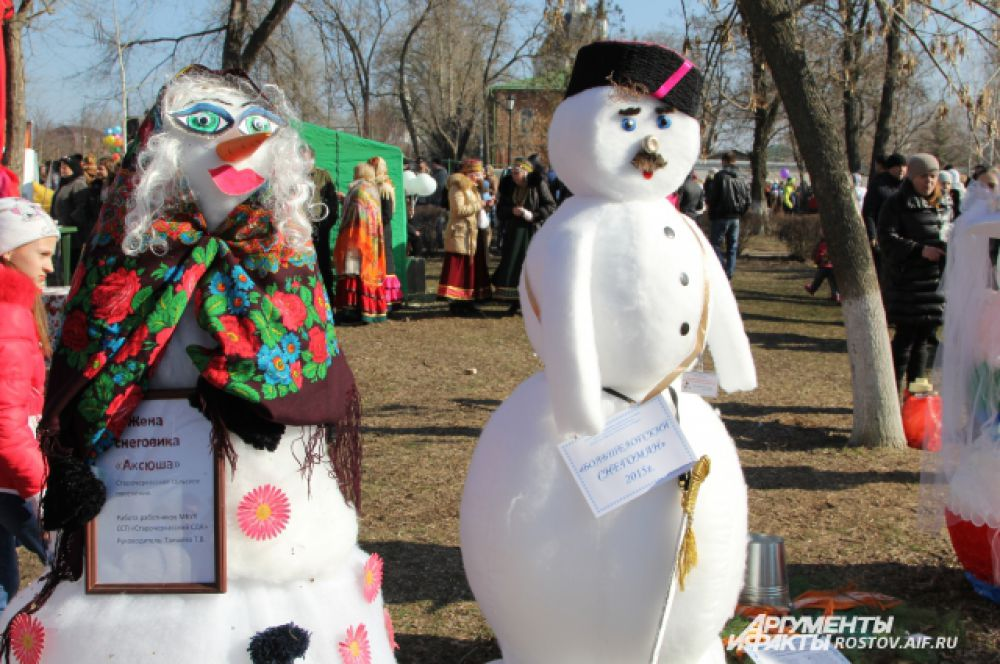Снеговиков стилизировали на казачий манер.