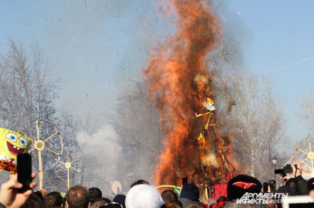 Финальное действо праздника - сожжение чучела. Процесс превращения зимы в весну прошёл под аплодисменты.