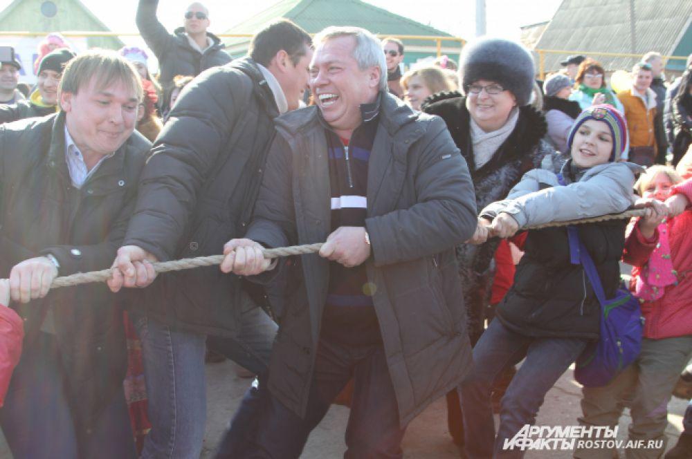 Губернатор Василий Голубев неожиданно принял участие в перетягивании каната.