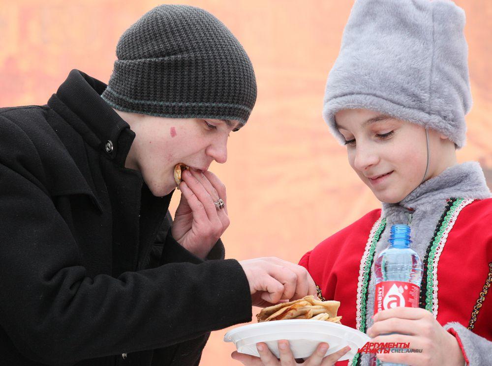 Конкурс на скоростное поедание блинов