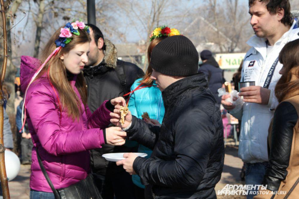Блины предлагали от 25 до 50 рублей за штуку.